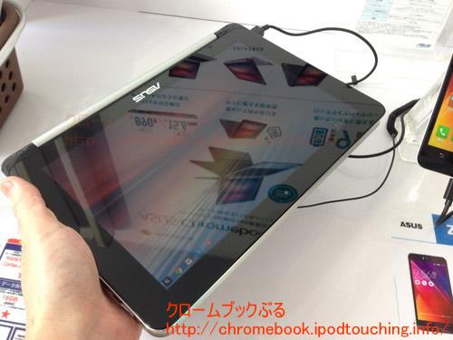 Chromebook Flip C100PAタブレットで手に持つ